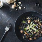 Espagueti negro con camarones de roca