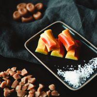 Bombones de chocolate blanco rellenos de caramelo salado - Komo