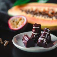 Bombones de chocolate negro rellenos de frutas exóticas - Komo