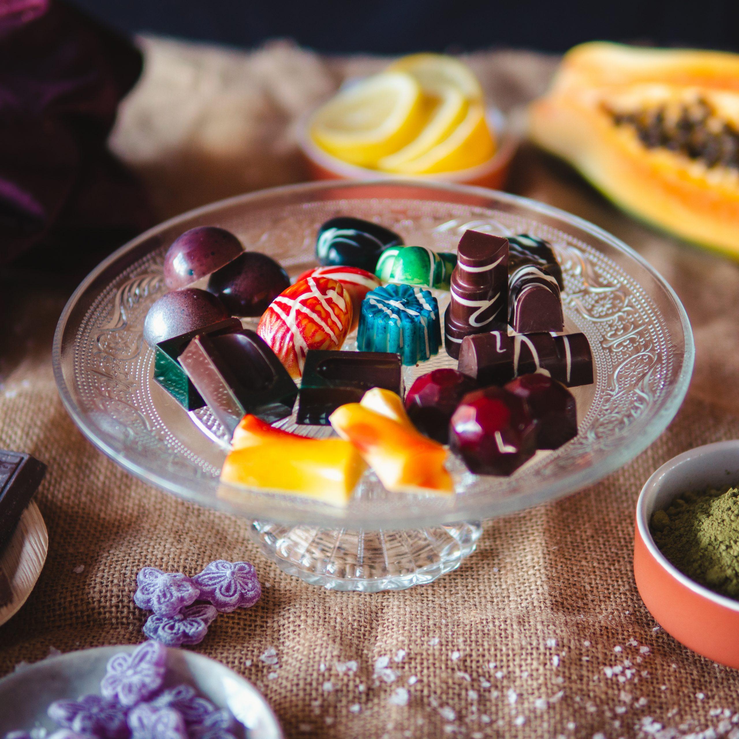 Surtido de bombones - caramelo salado, té matcha, cítricos, frutas exóticas, peta zeta, y violetas - Komo