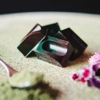 Bombones de chocolate negro rellenos de té matcha - Komo