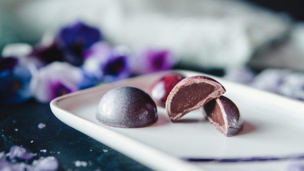 Bombones de chocolate con leche rellenos de violetas - Komo